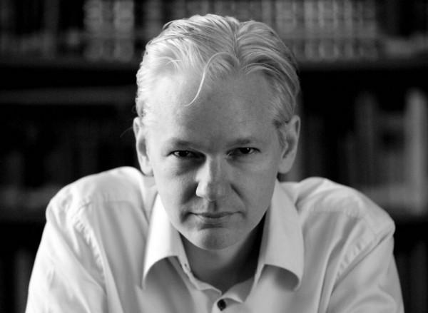Julian_Assange_Wikileaks_ligne_vetements